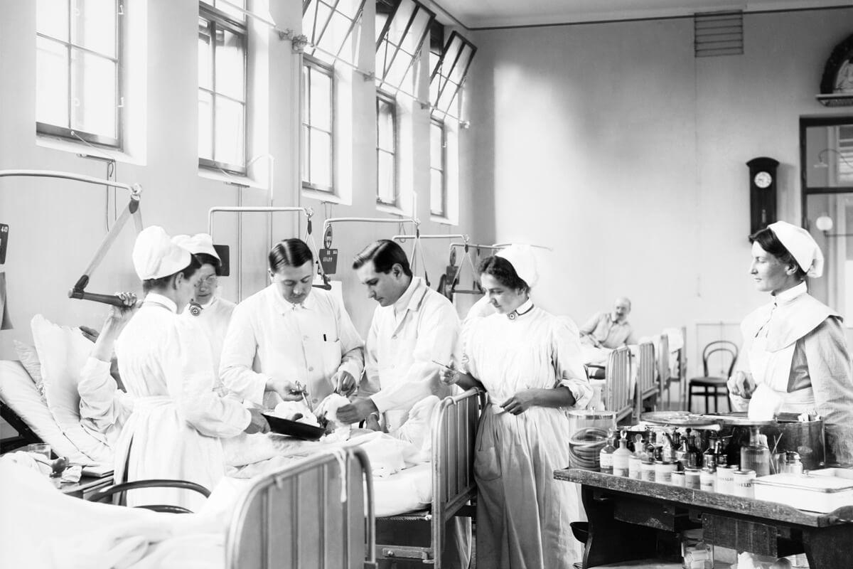 Historisches Foto Verbandswechsel durch medizinisches Personal