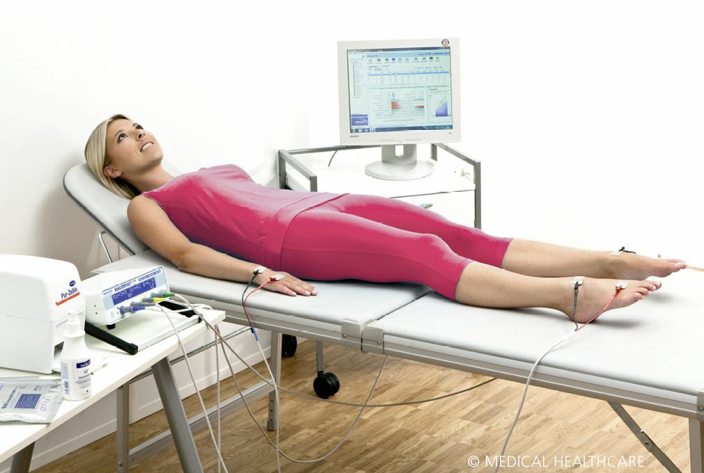 Patientin auf Untersuchungsbett