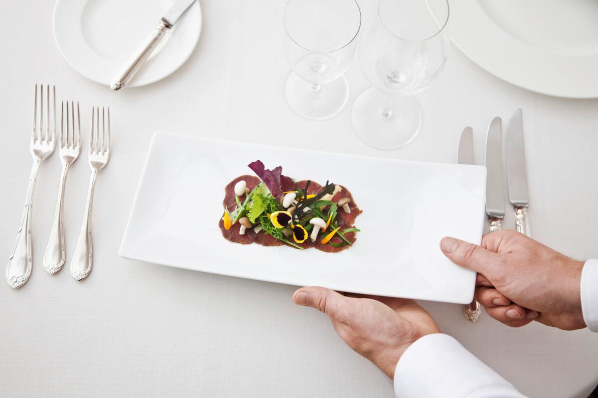 Speise wird serviert im A la Carte Restaurant