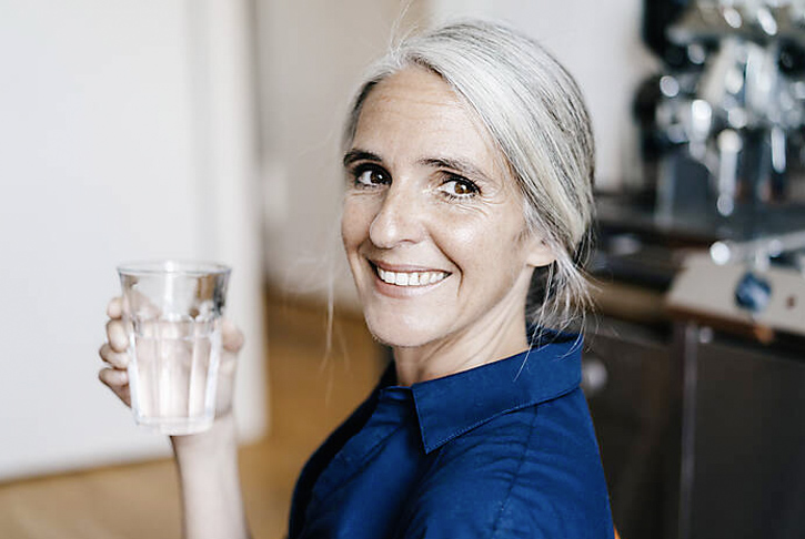 Frau mit Wasserglas