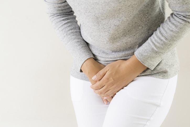 Weibliche Person mit Schmerzen im Unterleib, Harnwegsinfekte
