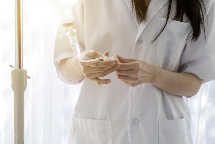 Kontrolle von Infusion als Teil der konservativen Schmerztherapie