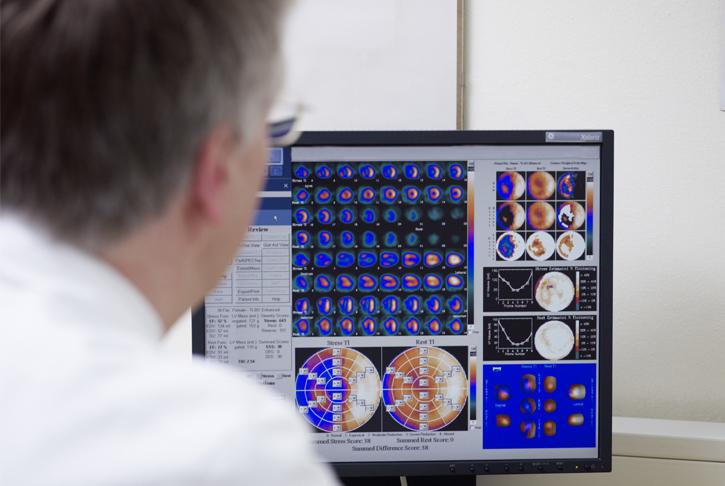 Arzt betrachtet Bilder aus der Niklearmedizin, Szintigraphie