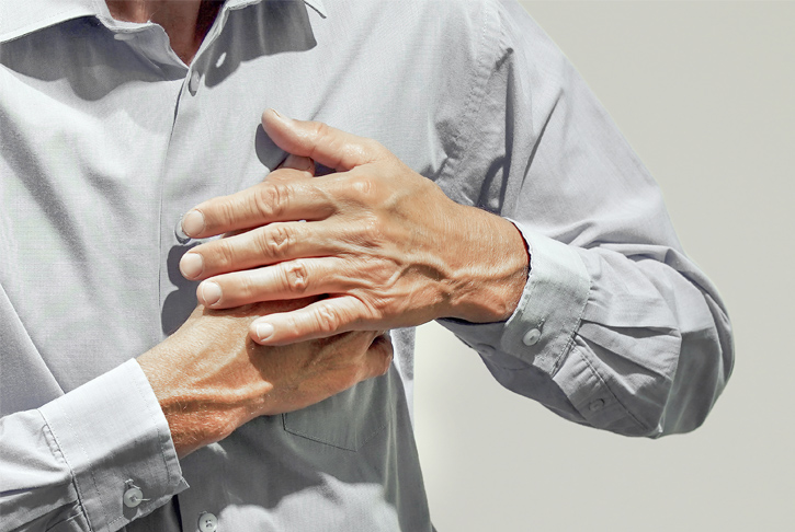 Person greift mit beiden Händen ans Herz, Psychokardiologie