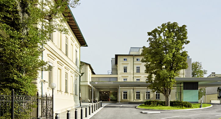 Rudolfinerhaus Haupteingang und Vorplatz