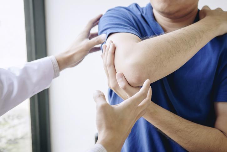Männlicher Patient bei sportmediziinischer Begutachtung